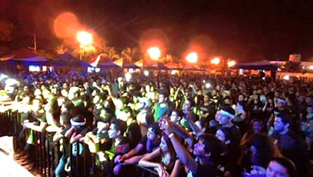 People enjoy the Khaos concert, with the songs of Forjado eb rocka.